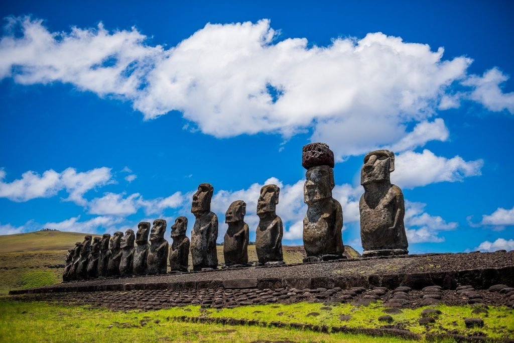 El origen de los Moái. La Isla de los gigantes. Fila de Moáis
