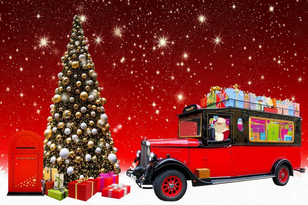 Estrategias de marketing online para favorecer las compras de Navidad. Foto de árbol y camión de regalos.